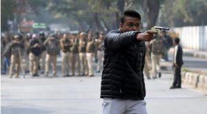 दिल्ली के जामिया इलाके में युवक ने लहराई पिस्तौल, चलाई गोली, एक शख्स घायल