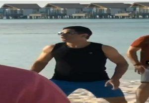 मालदीव में वॉलीबॉल खेलते दिखे महेंद्र सिंह धोनी