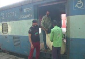 लॉकडाउन के बाद पहली पार्सल ट्रेन मास्क और सेनिटाइजर लेकर पहुंची जम्मू