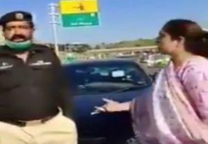 पाकिस्तानः बीच सड़क कर्नल की बीवी ने किया बवाल, देखें वीडियो
