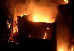 दिल्ली के कीर्ति नगर में लगी भीषण आग से 100 से अधिक झुग्गियां जलकर हुईं खाक