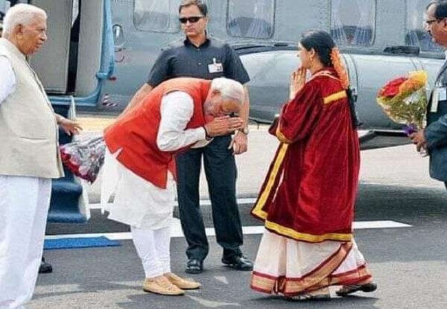 pm modi namste to lady