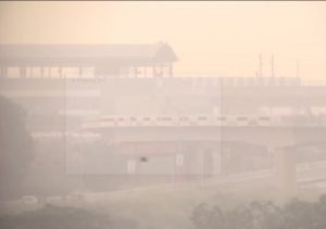 Air Pollution : धूंध की चादर में लिपटी राजधानी, दिल्ली की हवा हुई और खराब