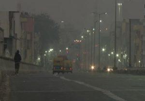 Air Pollution: दिल्ली की हवा में आज भी नहीं हुआ कोई सुधार, प्रदूषण बढ़ने से कम हुई विजिबिलिटी