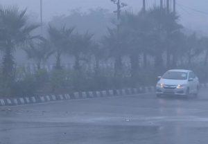 Delhi Weather: दिल्ली-एनसीआर में बारिश से बढ़ी ठंड, विजिबिलिटी हुई कम