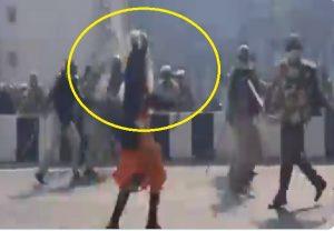 Video: किसानों का ट्रैक्टर परेड हुआ अराजक, निहंग सिख ने किया तलवार से पुलिस पर हमला!