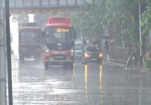 Mumbai Rains: मानसून की पहली बारिश से मुंबई हुई बेहाल, तस्वीरों में  देखें