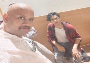 Fact Check: आर्यन खान के साथ सेल्फी ले रहा व्यक्ति क्या सच में NCB का अधिकारी है?, जानें वायरल तस्वीर की सच्चाई