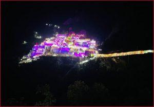 Jammu and Kashmir: नवरात्रि की पूर्व संध्या पर जम्मू स्थित माता वैष्णो देवी मंदिर का भव्य नज़ारा